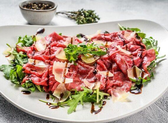 Delicioso carpaccio italiano fácil de preparar
